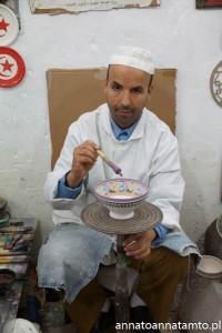 Rzemieślnik malujący ceramikę