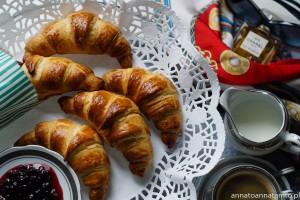 Zapraszam Was dziś na kulinarną ucztę. Francuskie rogaliki croissant. Przepisu nie musiałam szukać, autorka zamieściła go w książce co okazała się bardzo przydatne.