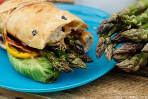 Szparagi warte uwagi-Ciabatta z grillowanymi warzywami i szynką parmeńską