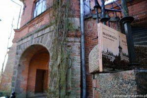 Pozostałości po bramie wjazdowej . Pałac myśliwski w Białowieży był piękny i imponujący. Album pokazuje jak wielkość i unikatowość tej budowli.