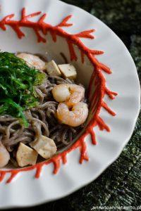 Przepis na makaron gryczany z tofu i świeżą trawą morską