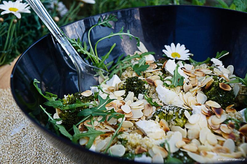 Sałatka z komosy ryżowej z brokułem i fetą