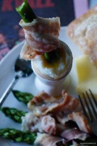 Przepis na szparagi z boczkiem i jajkiem na miękko