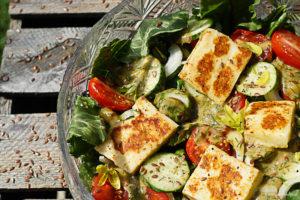 Przepis na sałatkę z grillowanym serem bałkańskim i olejem lnianym