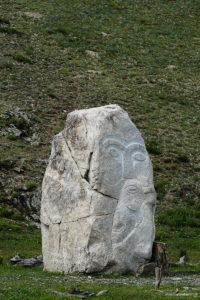 Lokalizacja kamiennych bab odpowiada punktom o anormalnej energetyce. Innymi słowy rzeźby są rodzajami odgromników, neutralizujących negatywne promieniowanie lub też, jak ktoś woli, wpływ złych duchów na ludzi.